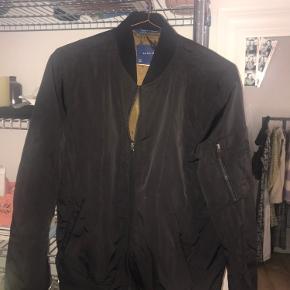 Sælger denne vindjakke trøje blazer.  Den er sort og fra zara. Har lommer på ærmet.