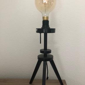 Ikea lauters bordlampe, sort farve, med stort pære og dæmper