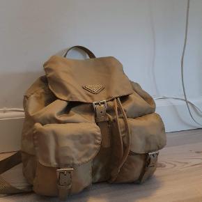 Rigtig velholdt Prada Nylon backpack i Khaki Tasken er brugt men fejler intet Den måler 32 x 30 cm, og har justerbar skulderrem Kan sendes over Trendsales📦