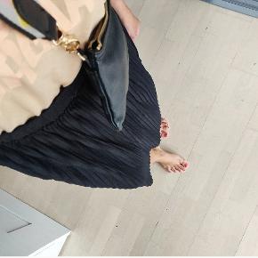 Brugt 1 gang!   Lækker luftig nederdel som går til lige under knæene og med elastik i taljen. Det er en L men kan sagtens bruges af en stor S og en normal M.