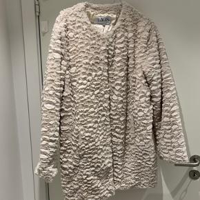 Imiteret VRS pelsjakke  Yderstof: 100% polyester  For: 100% polyester  Befinder sig i Aalborg, men sender gerne på købers regning 😊
