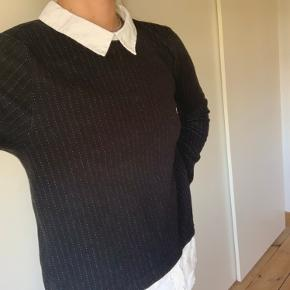 Sælger denne fine sweater med skjorte detalje 💘