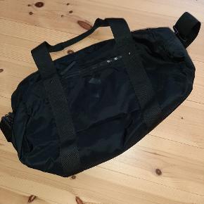 Sælger denne weekend taske fra peakperformance brugt få gange.  Kan afhentes i Vanløse