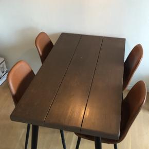 Fyrretræ bordplade sælges!! 😃 Super fin træbordplade som er vandbejdset i denne fine brune populære træfarve!  Der er dog en lille lys plet, som ses svagt på billederne. Det er noget som sagtens kan repareres og ja vi har stadig bejdsen stående, så det er intet problem.   Sælges kun grundet ny hvid spisebordsplade, skriv endelig for flere spørgsmål eller billeder ☺️    Længde 130  Bredde.  75