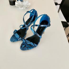 Super flotte stilletter / strappy sandaler fra New Look i imiteret slangeskind 💙  Hæl: ca 10 cm