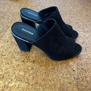 Flotteste sko med fine detaljer i ruskind. Brugt to gange. Byd! 😊