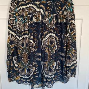 Fin skjortebluse i flot mønster. Kan både bruges som skjorte og som kort kimono.