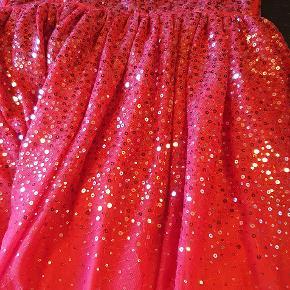 Super flot festlig kjole, man kan bruge den til jul, fest eller noget helt andet. Brugt en enkel gang:) Byd