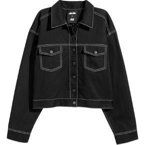 H&M ACE tee samarbejde sort denimsæt. Nederdelen er 38 og jakke 42 for et oversize look. Sælges samlet :)