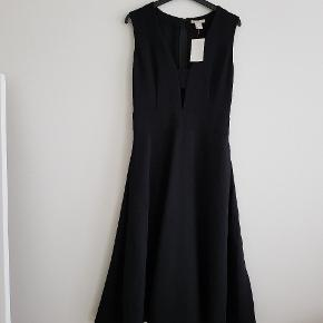H&m premium galla dress. Unused and undamaged. Size M. The dress is on the longer side - below the knees but does not touch the floor. Great quality and looks expensive and luxurious.