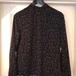 Skjorte fra Envii med fin detalje i ryggen   Skjorten er str M og er brugt få gange