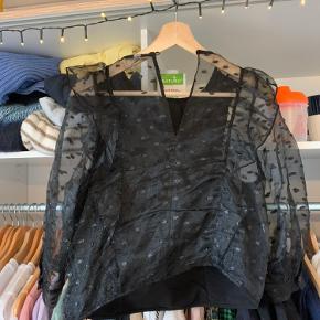 Jeg sælger denne fine bluse fra mango 💛💛 den er kun brugt 1 gang 💚 den er gennemsigtig bagpå