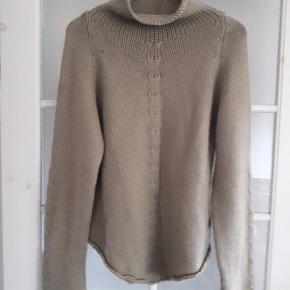 Lækker striktrøje i str. Xl. 51% acryl/49% uld. Kun brugt et par gange. Fremstår så god som ny.