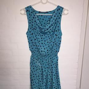 Varetype: NY kjole Farve: Turkis med sorte prikker  NY kjole med sorte prikker i str. Medium.  Kjolen er skyllet op og hængemærket er taget af.  Materialet er 100% polyester - blød og dejlig.  MP er kr. 100+porto.  Jeg bytter ikke.