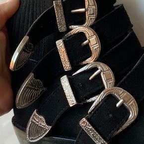 Fede Toga Pulla støvler i str. 36. Sælges da jeg ikke kan passe dem mere:) Der er minimal slitage på sålen, ellers fremstår de som nye.