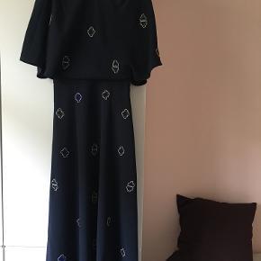 7775d9387bdd Smuk lang kjole fra   Other Stories. Den har perler broderet på