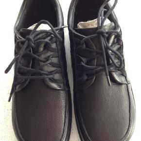 Varetype: Sneakers Farve: Sort  Nye Super fine sneakers str. 37  God Comfort  Købspris 998 kr Kan afhentes eller sendes er portoen 54 kr.   Mobil Pay