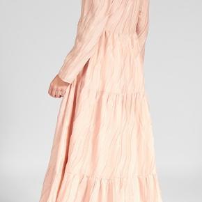 Super flot Maxi kjole i str. M Koster oprindeligt 4000kr. Som jeg har givet for den🌺🌻 kan forsat købes i butikkerne. Har ikke set den under halv pris. tag medfølger. ❤️ er brugt en enkelt gang til fest. Ny renset