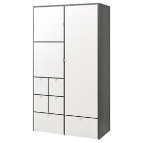 Brugt på en periode af 1 år virkelig fin stand og god kvalitet fra IKEA. Mål b: 122x d 59 x h 216 cm virkelig rummelig og praktisk! Befinder sig i Bagsværd, Gladsaxe. Den er ikke skilt ad endnu, men nem at skille ad uden skruer.