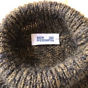 Rigtig lækker og varm sweater - den er str XS, men den passer mig (normalt str 38/M) Så afhængig af om den skal være oversize passer den fra str. xs-m  Har kun været brugt et par gange, så fremstår som ny.