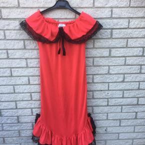 Rød. Kostume kjole 11-12 år udklædning  Fastelavn temafest   Sender gerne   Se flere annoncer