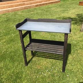 Sort plantebord sælges billigt 70 kr Mål 82,5x 78 cm Kan både bruges ude som inde  Hentes i 2300