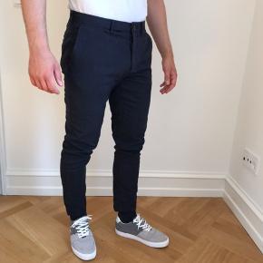 Sælger mine Zara chinoes/dress pants i Navy Blue og størrelsen eur 38. Bukserne er i super fin stand. Jeg er 178cm til info.