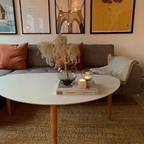 Vi har dette super fine og slidstærke sofabord, som vi ønsker at sælge. Bordet er 1 år gammelt, og er stadig rigtig fin med næsten ingen brugspor.   Bordet er med hvid laminat bordplade, som er vildt nem at holde og slidstærk.  Bordbenene er i massiv egetræ.   Mål: H50xL127xD79