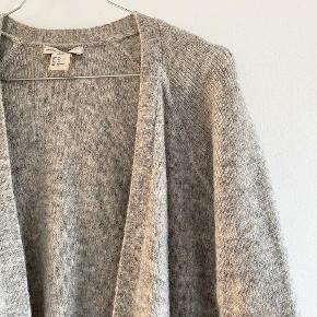 H&M rigtig fin grå mellemlang cardigan    Størrelse: XS   Pris: 100 kr   Fragt: 39 kr ( 37 kr ved TS handel )