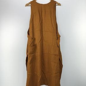 Jeg sælger min smukke kjole fra Henrik Vibskov, da jeg desværre ikke får den brugt nok længere. Har ikke kunne skille mig af med den før, men det er synd, at den samler støv i skabet.   Den er fra 2016, så jeg kan ikke huske nyprisen. Men byd bare😊  Køber betaler porto. Men kan sagtens mødes og handle i Københavnsområde.