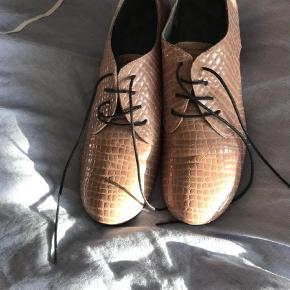 Varetype: smart ny skindsko Farve: beige  flot og behagelig sko-brugt 1dag. skoen fremstår naturligvis som nye. Alm. i størrelse.  BYTTER IKKE