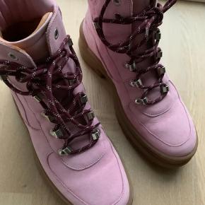 Støvler i blød læder og hælen/ bunden er dejlig blød 🌟farven er lys pink/Rosa.