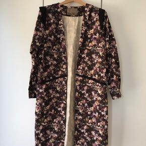 Længde 98 cm   Kimono  Str. 40  Jeg tager ikke yderligere billeder eller mål.