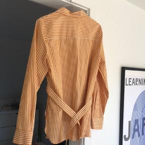 Fineste skjorte fra cos Brugt et par gange maks i meget få timer, fejler intet og ser ud som ny Str er 38, men passer en 36-38