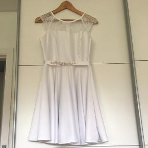 PS: Bæltet hænger ikke sammen med kjolen, men sælges separeret til 50 kr. Og en lille hvid cardigan til 50 kr fra charm's Paris (Str.L)
