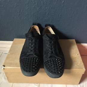 Mest vanvittige sneak fra CL jr. Spike suede Black!  Str. 41 og alt OG medfølger! Har et lille flaw ved den ene hæl, men ses ikke når man har den på! Mp: 2800 hh: 3150 bin: 3450