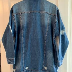 Oversize denim jakke fra Noisy May. Ny og stadig med prismærke (fejlkøb).   Nypris: 449,95  Pris: 175,- (plus evt. fragt.)