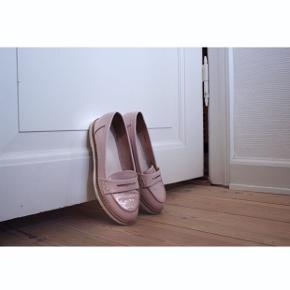"""""""Få 15 kr. rabat, hvis du skriver en lille anmeldelse/ et par ord om vores handel her på Trendsales, når du har modtaget pakken""""   - Lak sko  - Farve: Lys Rosa  - Enkel og Klassisk  - Fra Bianco   Styling: -Passer godt til kjoler, men skoen passer særligt godt til et par business bukser    Pasform: -Passer en str. 36"""