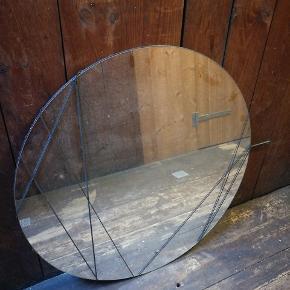 Rundt IKEA spejl med elastikker til at fæste billeder eller andet. Ø80 cm