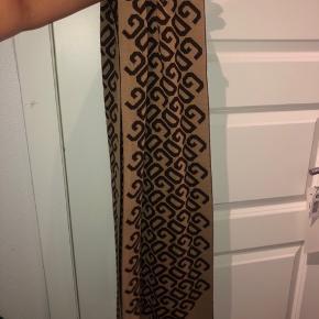 • Lækker halstørklæde fra Dolce&Gabbana  • Brugt højst 5 gange • ÆGTE • skriv for info, eller flere billeder • Brun, & beige på den anden side og med DG logoet på • Mængde-rabat gives  • Sendes på købers regning🌟