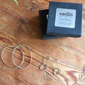 2 sølvarmbånd med matchende ørestikker fra den islandske guldsmed i Reykjavik Sædís. Samtlige smykker er netop blevet renset og pudset op hos guldsmeden.