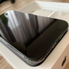iPhone X med tilbehør sælges.  (Oplader OG høretelefoner) Få og mindre brugspor på siden efter cover brug. Ingen brugsspor/ ridser eller skader på for og bagside! Utrolig velholdt telefon købt den 12.01.18.  Passet og plejet.