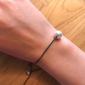 Perlemor øreringe, kan bruges som kombi eller hver for sig. Den store perle kan hægtes på andre ørestikker, for et smukt og anderledes udtryk. (Ukendt mærke)  Armbånd kan justeres i størrelse, og passer smukt til øreringene. (Ukendt mærke)  Øreringe 200kr  Armbånd 100kr  Samlet 250kr