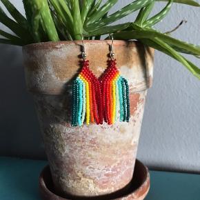 Corona-kreationer 🌱✨  De måler mellem ca 4-7 cm.  Få par er lavet af grønlandske perler og resten er af japanske miyuki  perler.   1 par 60 kr., 2 par for 100 kr.   #fringe #beaded #wovenearrings #håndlavet #miyuki #regnbue