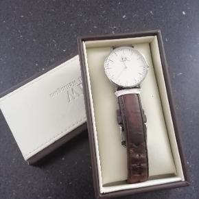 Syper fedt ur, det er brugt, men i fin stand. Remmen trænger ti at blive udskiftet, den er slidt.