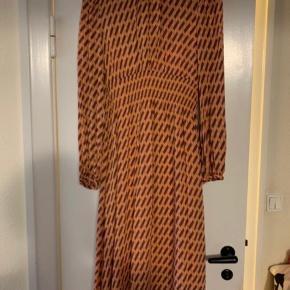 Denne fantastiske kjole købte jeg til min datters konfirmation sidste år. Den er brugt denne ene gang. Jeg sælger den, da jeg ikke kan have den lille krave, der går op på halsen.  Jeg sætter den til salg billigt, da jeg synes at det er synd, at den fortsat bare hænger i mit skab uden at blive brugt. 😊  https://www.baumundpferdgarten.com/dk/stoerrelsesguide