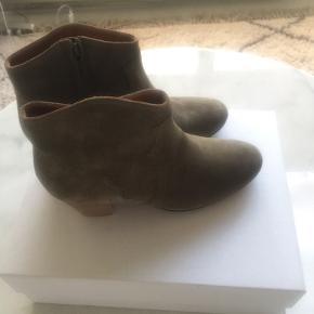Helt nye Dickers støvler i str 38. Købt ved Mytheresa og kvittering haves. Farven hedder Taupe. Ny pris er 2900,- køber betaler fragten. Se venligst mine andre annoncer ☀️ BYTTER IKKE!!!