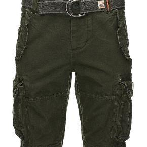 Varetype: Cargo Shorts Størrelse: XXL Farve: Army  Fede Cargo shorts fra Superdry.  Livvidde: 2 x 49 cm.   Desværre ingen bytte!