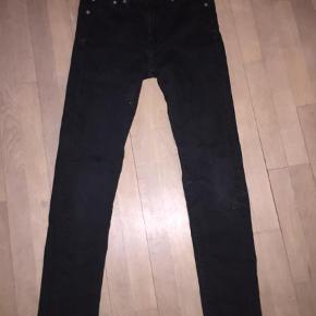 """Varetype: Jeans Størrelse: 28/32"""" Farve: Sort Prisen angivet er inklusiv forsendelse.  Model 510"""