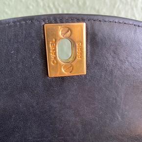 Super lækker Chanel vintage taske, med guld detaljer. Sælges da den blot samler støv.